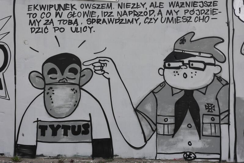 Autorem wielkoformatowego dzieła w miejskiej przestrzeni jest street-artowiec Tuse, który na ścianę jednego z budynków przeniósł postaci z komiksów Henryka Jerzego Chmielewskiego