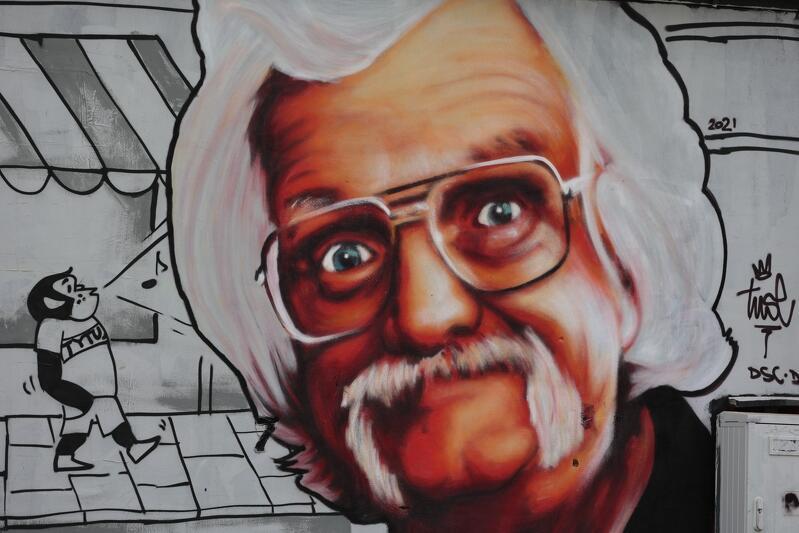 Kto nie kojarzy charakterystycznej białej czupryny i wąsów, oraz skrytych za okularami roześmianych oczu Papcia Chmiela? Twarz jednego z ojców polskiego komiksu spogląda na mieszkańców Górnego Wrzeszcza