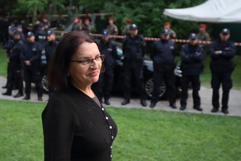 Podczas ekshumacji grobów ofiar katastrofy smoleńskiej na cmentarzu Srebrzysko, 14 lipca 2018 roku. Małgorzata Rybicka: - Cała ta walka, nie tylko naszej rodziny, bo też innych rodzin, które nie zgadzały się na ekshumację ciał swoich bliskich, to było bardzo trudne, bo odbijaliśmy się od kolejnych instancji i okazało się, że w Polsce nie mamy w ogóle prawa odwoływania się od tej decyzji o ekshumacji.