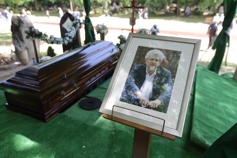 Ponowny pogrzeb Arkadiusza Arama Rybickiego (1953-2010) na cmentarzu Srebrzysko, 9 czerwca 2018 roku. Niespełna półtora miesiąca później prokuratura przystąpiła do kolejnej ekshumacji, na którą nie zgodziła się rodzina zmarłego. Małgorzata Rybicka: - Uważam, że te ekshumacje są elementami spektaklu medialno-politycznego i każdy kolejny miesiąc to potwierdza