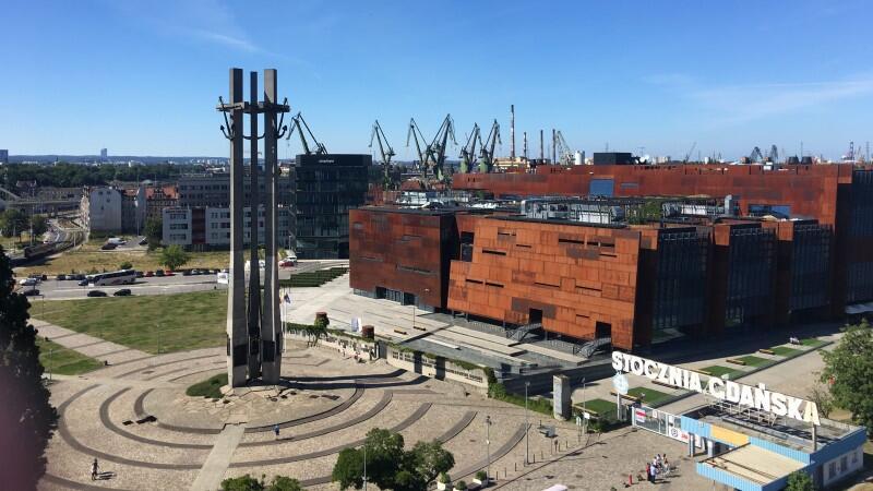 Plac Solidarności z Pomnikiem Poległych Stoczniowców i gmachem ECS stanowią dziś jedno z najważniejszych miejsc na mapie Polski i Europy. Jeśli przyjedziesz do Gdańska jako turysta - na pewno tutaj trafisz