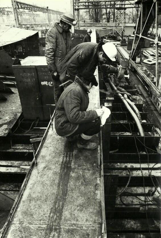 Wiesław Szyślak (z papierami w ręku) w trakcie prac nad montażem jednego z krzyży pomnika