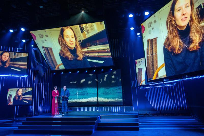 O kulisach artystycznej pracy opowie też pianistka Hania Rani - nz. na ekranach podczas gali finałowej 45. Festiwalu Polskich Filmów Fabularnych w Gdyni