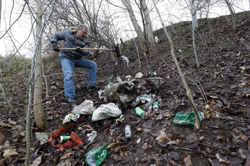 Do akcji sprzątania dzielnicy zapraszają radni Piecek-Migowa, na zdjęciu - ubiegłoroczna akcja sprzątania okolic ul. Granitowej na Oruni