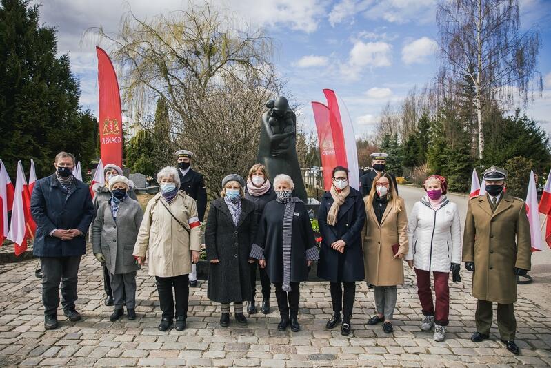 Uczestnicy uroczystości upamiętniające ofiary zbrodni katyńskiej na Cmentarzu Łostowickim w Gdańsku