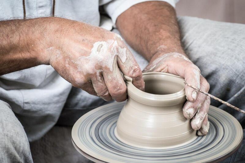 Męskie dłonie lepiące naczynie zgliny