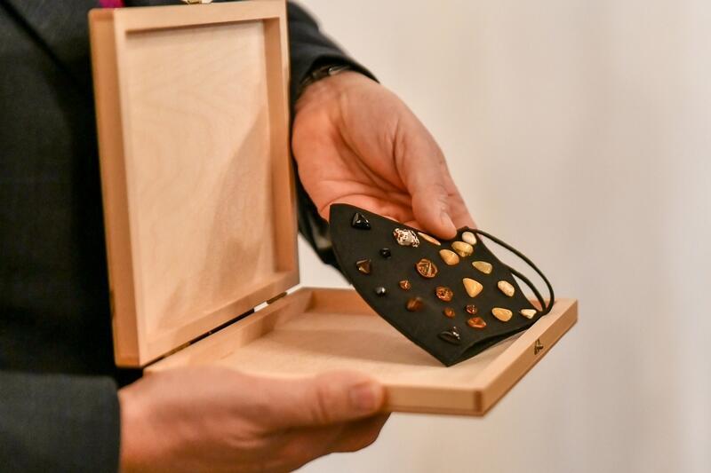 Maseczka przekazana do zbiorów Muzeum Bursztynu przez Międzynarodowe Stowarzyszenie Bursztynników