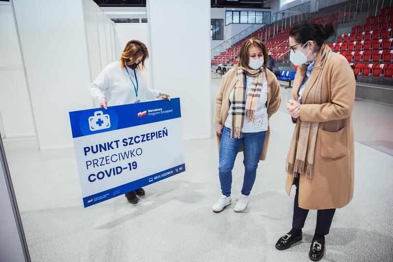 Prezydent Gdańska Aleksandra Dulkiewicz w powstającym punkcie szczepień masowych w hali sportowej przy ul. Dębowej 51