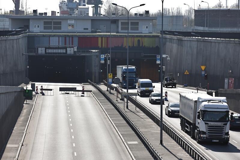 Od niedzieli, 18 kwietnia, rano w tunelu otwarta jest tylko jedna rura, przez którą samochody jeżdżą w dwóch kierunkach