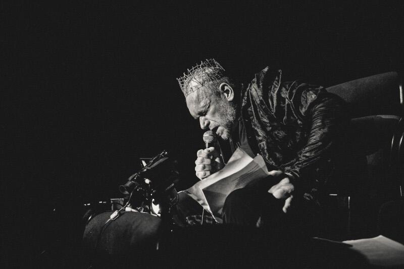 """W 2019 roku Teatr Szekspirowski świętował 455. Urodziny Szekspira """"Burzą"""" w reżyserii Pawła Passiniego. Na zdjęciu Mariusz Bonaszewski jako Szekspir"""