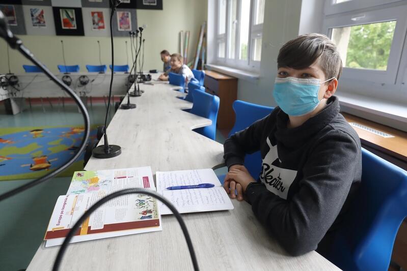 W czasie pandemii dzieci rzadko siadają podczas lekcji w szkolnych ławkach