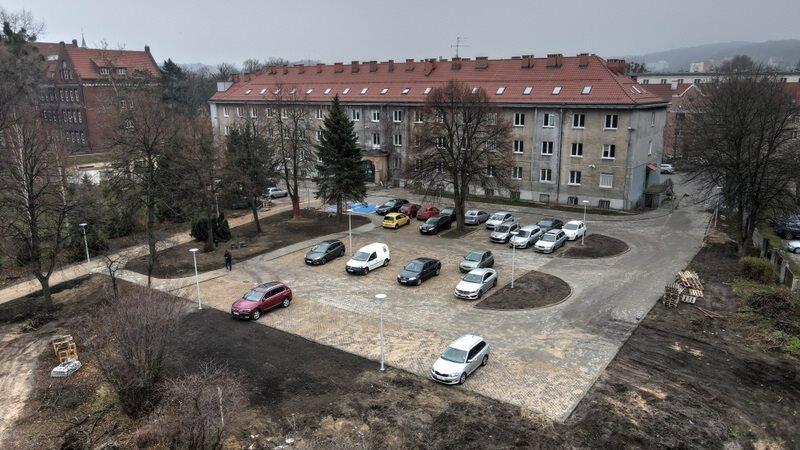 W ubiegłym roku wymieniono na nowy dach budynku, wybudowano też parking na zewnątrz i chodnik