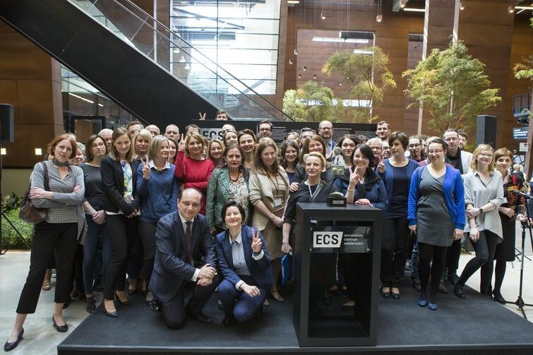 Nagroda Muzealna Rady Europy to również wyróżnienie dla całej drużyny  muzeum. [Na zdjęciu pracownicy ECS pozują 21 kwietnia 2016 r.]