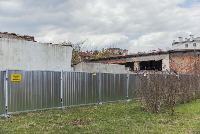 Plac budowy już ogrodzony, wkrótce rozpocznie się rozbiórka pustostanów przy ul. Dworcowej