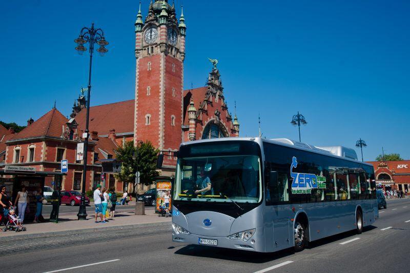 Rok 2013. Prezentacja chińskiego autobusu elektrycznego marki BYD.