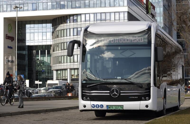Mercede Citaro testowany w Gdańsku w roku 2020. Wyposażony jest w 10 baterii - 4 pod podłogą, 6 na dachu, zasięg na jednym ładowaniu 140-150 km