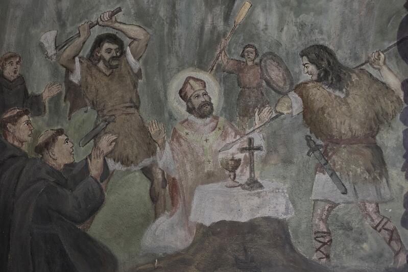 23 kwietnia 997 roku pielgrzymi zostali zaatakowani. Święty Wojciech został ugodzony włócznią zaś jego towarzyszom napastnicy pozwolili odejść z życiem. Malowidło łączy kilka scen opisywanych w kronikach. Po pierwsze sam atak włócznią. Po drugie - zamierzenie siekierą, które zapowiada pośmiertne odcięcie głowy. I po trzecie - widoczny w tle człowiek z wiosłem odnosi się do wcześniejszego zdarzenia, tuż po wylądowaniu pielgrzymów, kiedy to Adalbert został tym wiosłem uderzony - zapewne aby wypróbować, czy nie ma on jakichś nadzwyczajnych mocy