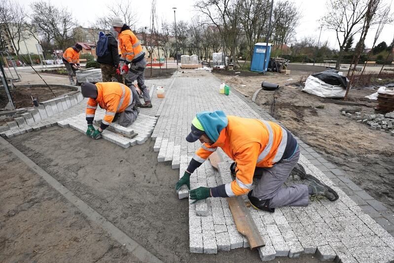 W czwartek robotnicy układali ostatnie metry ścieżki spacerowej