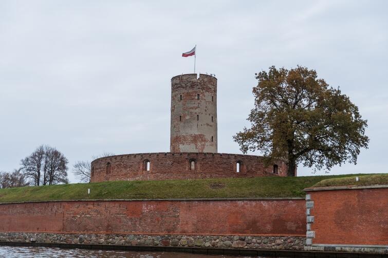Twierdza Wisłoujście pozostanie zamknięta do 2024 r. Turyści będą mogli odwiedzić kompleks militarny najwcześniej w przyszłym roku, ale do zwiedzania zostaną udostępnione niektóre z budynków położonych poza fortem, m.in. tzw. koszary napoleońskie.