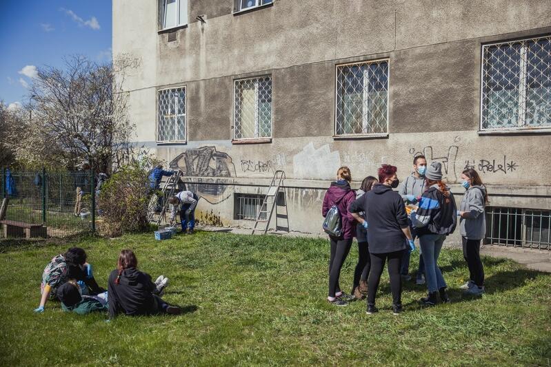 Zniszczona nielegalnym graffiti elewacja siedziby Centrum Treningu Umiejętności Społecznych przy ul. Wyzwolenia w Nowym Porcie - wolontariusze przed rozpoczęciem prac, ściana przed interwencją