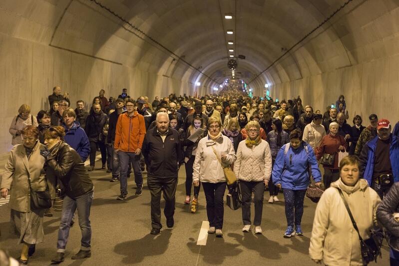 Piesze zwiedzanie podczas ostatniego dnia otwartego tuż przed oficjalnym udostępnieniem tunelu dla kierowców samochodów