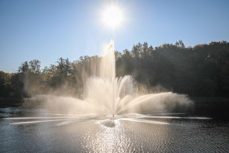 Wyrzut wody z fontanny pływającej na zbiorniku retencyjnym Srebrniki