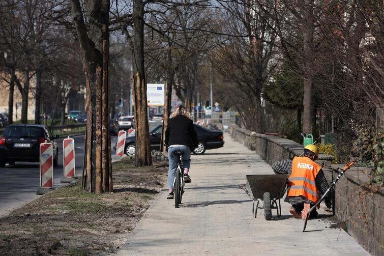 Dobre tempo prac widać też przy budowie nowej drogi dla rowerów wzdłuż al. Grunwaldzkiej, na odcinku od ul. Bitwy Oliwskiej do ul. Pomorskiej
