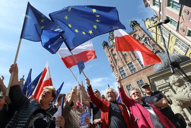 W tym roku obchodzimy 17. rocznicę wejścia Polski do Unii Europejskiej. Z tej okazji 1 maja w Gdańsku odbędzie się spacer z flagami. Nz, świętowanie w 2019 roku, przed Dworem Artusa