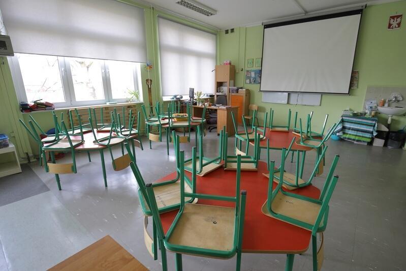 Pandemia odsłoniła liczne problemy szkolnictwa, np. to, że uczniowie nie mają motywacji, by chodzić do szkoły. Nz. Zamknięty i opustoszały Zespół Szkół Ogólnokształcących nr 8 im. Jana Pawła II po ogłoszeniu 16 marca 2020 roku zagrożenia epidemicznego