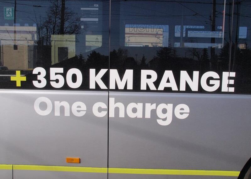 350 km na jednym ładunku - głosi napis reklamowy na karoserii bocznej testowanego autobusu