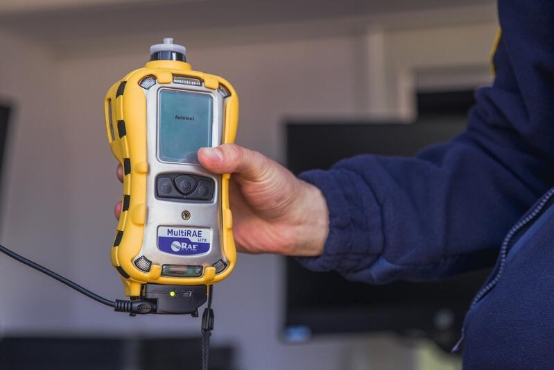 Miernik wychwytujący stężenie tlenku węgla (czyli czadu) i innych trujących gazów - urządzenie ochrony osobistej strażników kontrolujących piece