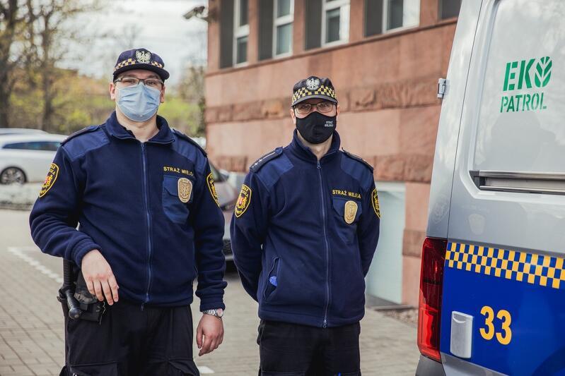Jedna z ekip Eko Patrol Straży Miejskiej w Gdańsku, od lewej: mł. strażnik Wojciech Stachnik i insp. Milian Kotlarek