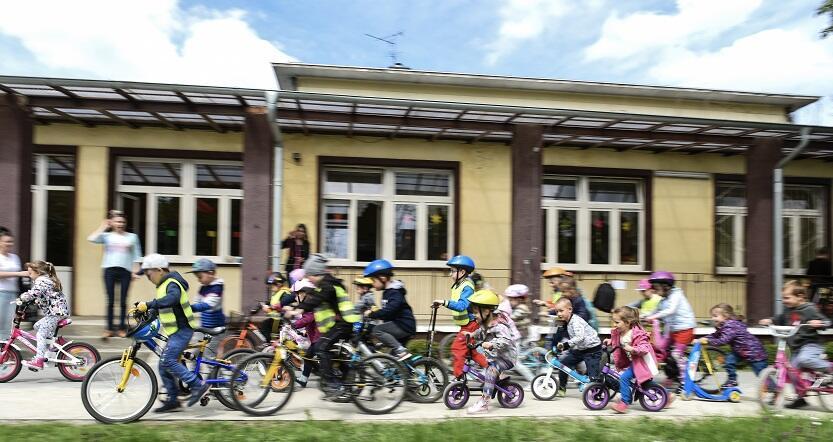 Prawdziwy tłum gdańskich przedszkolaków na rowerach, hulajnogach i `tuptusiach`, zdjęcie archiwalne