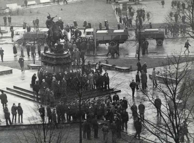 Wydarzenia Grudniowe. Mieszkańcy Gdańska na Targu Drzewnym pod pomnikiem Jana III Sobieskiego, 14 lub 15.12.1970 r.202005148421