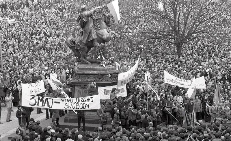Rok 1981. 20 tys. osób pod pomnikiem Jana III Sobieskiego w rocznicę uchwalenia Konstytucji Trzeciego Maja
