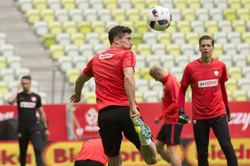 Robert Lewandowski i Wojciech Szczęsny i kilku innych ich kolegów z reprezentacji doskonale znają stadion w Letnicy. Na zdjęciu 31 maja 2016 roku podczas treningu przed meczem z Holandią