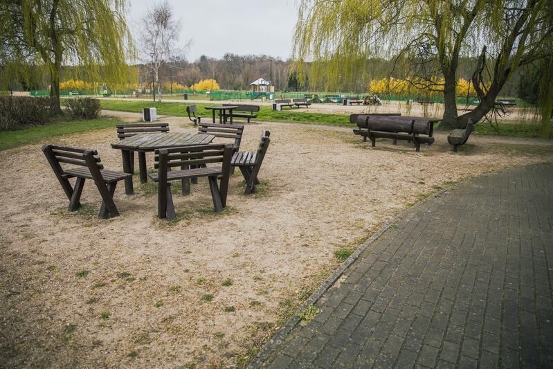 Piknikowe stanowisko w Parku Reagana w Gdańsku, jeśli chcesz grillować, sprzęt musisz przynieść ze sobą