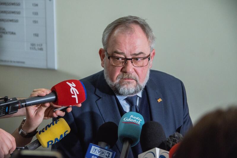 Nz. poseł Piotr Adamowicz w marcu 2020 roku komentuje sprawę tzw. politycznych aktów zgonów, które wystawili samorządowcom - w tym prezydentowi Pawłowi Adamowiczowi - działacze skrajnej prawicy