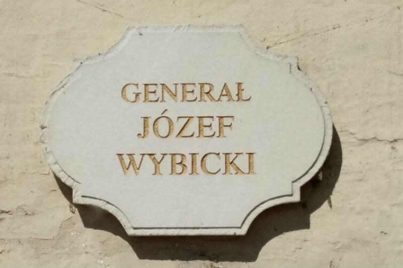 Tablica, która znajduje się pod popiersiem Józefa Wybickiego, na frontowej ścianie kościoła św. Ignacego na Oruni. Generałem w sensie ścisłym - takim jak jego przyjaciel Henryk Dąbrowski - nie był, z racji braku odpowiedniego wykształcenia wojskowego. Tytuł miał raczej znaczenie honorowe