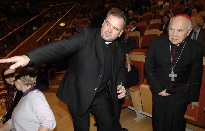 Arcybiskup Tadeusz Gocłowski i ks. Witold Bock w Polskiej Filharmonii Bałtyckiej na Ołowiance, przed koncertem z okazji XI Dnia Judaizmu; 17 stycznia 2008 roku