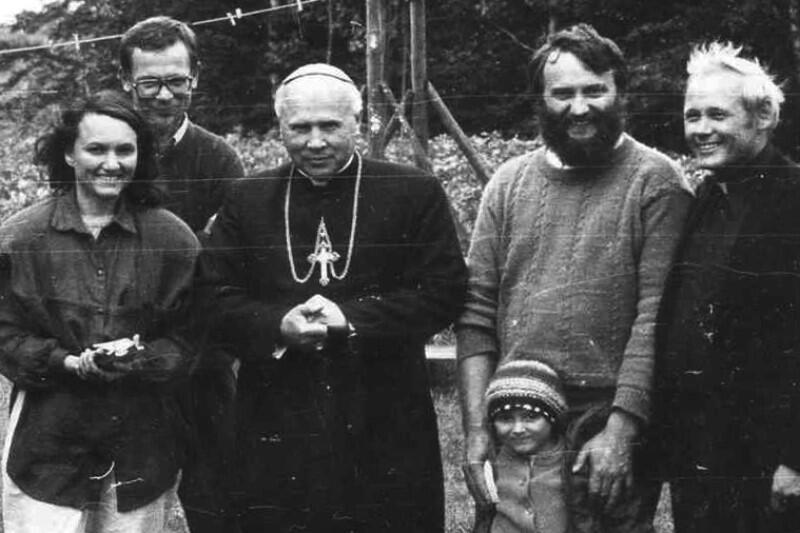 Podczas spotkania na Kaszubach, w latach 80. ubiegłego wieku. Profesor Józef Borzyszkowski stoi na prawo od arcybiskupa Tadeusza Gocłowskiego