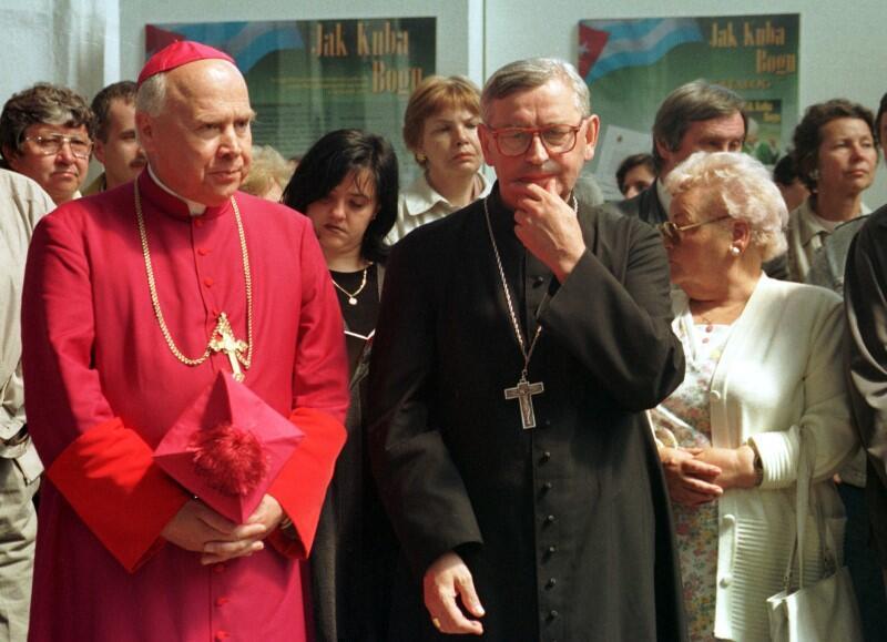 """Przyjaźnił się z biskupem Tadeuszem Pieronkiem. Profesor Borzyszkowski: """"Ładna przyjaźń dwóch Tadeuszów to była. A święty Juda Tadeusz, to jak wiadomo patron rzeczy trudnych, czy też niemożliwych - i w ich wydaniu było możliwe coś, co dla wielu innych biskupów leżało w sferze niemożliwego"""". Nz. obaj biskupi podczas wernisażu wystawy zdjęć papieża Jana Pawła II z pielgrzymki na Kubę, 31 maja 1998 roku"""