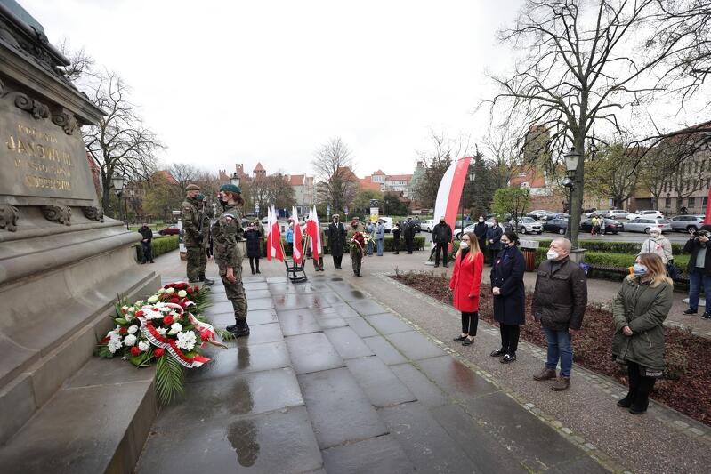 Wśród składających kwiaty były m.in. prezydent Gdańska Aleksandra Dulkiewicz i przewodnicząca Rady Miasta Gdańska Agnieszka Owczarczak