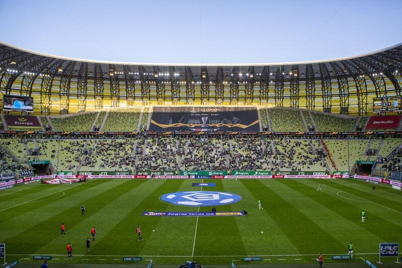 Pierwotnie finał Ligi Europy w Gdańsku miał się odbyć w maju 2020 roku, ale ze względu na pandemię został przeniesiony do Kolonii. Tak więc stadion Arena Gdańsk będzie gościć to prestiżowe wydarzenie z rocznym opóźnieniem. UEFA sprzedała prawa do transmisji telewizyjnej do 80 krajów świata, co oznacza, że mecz obejrzą - ostrożnie oceniając - dziesiątki milionów widzów, ale zapewne będzie to w sumie ponad 100, a być może nawet 200 milionów