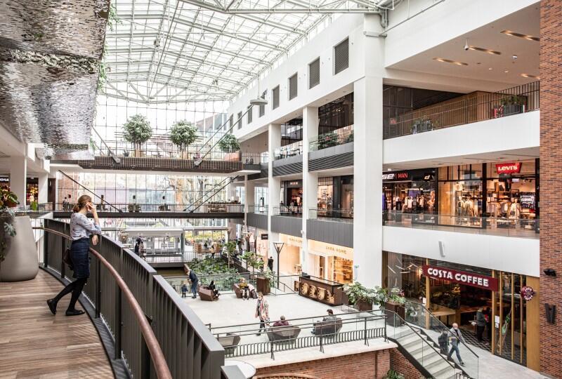 widok z góry na schody i korytarze galerii handlowej
