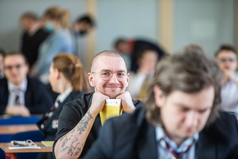 Obowiązkowy egzamin pisemny z matematyki na poziomie rozszerzonym maturzyści w całej Polsce zdawali 5 maja, nz. abiturienci z Zespołu Szkół Łączności w Gdańsku, uśmiechnięty maturzysta trzyma w ręku arkusz zadań
