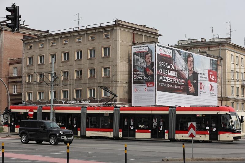 Billboard, który wisi na rusztowaniu jest zgodny z Uchwałą Krajobrazową Gdańska, która dopuszcza takie rozwiązanie na 12 miesięcy, dając właścicielowi szansę na zarobienie dodatkowych środków na potrzeby remontu