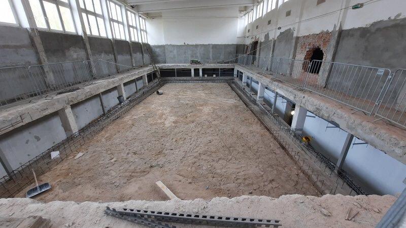 W Zespole Szkół Kreowania Wizerunku prowadzone są prace związane z wykonaniem fundamentów niecki basenowej