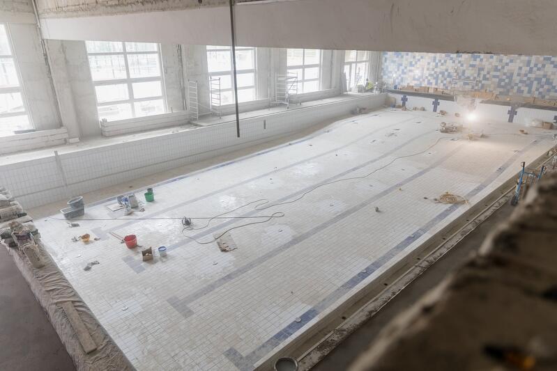 W Szkole Podstawowej nr 42 ułożono płytki w niecce basenowej, a także przygotowano ściany i podłogi do układania płytek w sanitariatach