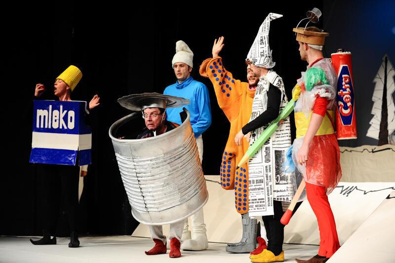"""Bajkę """"Siedmiu krasnoludków"""" w reżyserii Michała Derlatki zobaczymy w ten weekend na VOD Teatru Miniatury"""